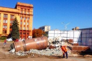 Пам'ятник Леніну у Дніпропетровську остаточно перетворили в купу каміння