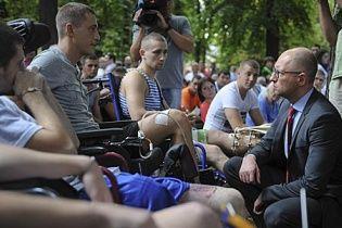 Яценюк обещает запустить госслужбу по вопросам бойцов АТО по американскому образцу