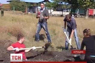 Активісти з Харкова викопали кількасот метрів траншей на кордоні з Росією