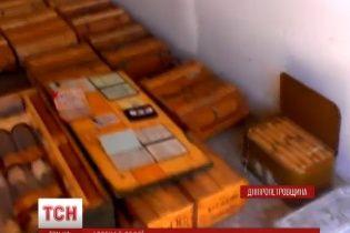 В заброшенном доме на Днепропетровщине нашли огромный склад нового оружия