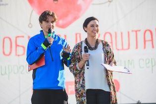 Энергичные Барбир и Анатолич с флагом в руках пробежали по Киеву под каштанами