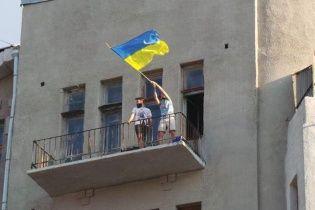Жители Славянска встречают украинских солдат с государственными флагами в руках