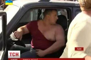 У Львові родичі бійців АТО рвали одяг і трощили авто, вимагаючи ротації