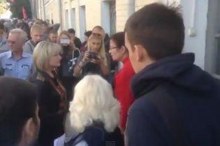 """Активисты с петардами пытались """"выкинуть"""" жену Луценко на помойку (видео)"""