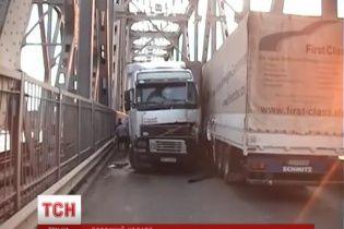 Столкновение двух фур на 6 часов заблокировало движение по самой длинной плотине Украины