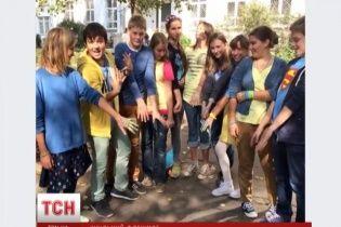 Школьники в Москве пришли на уроки в сине-желтой одежде