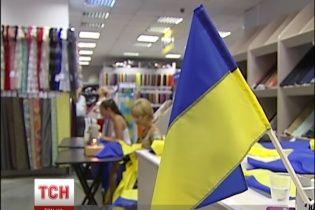 Біженці зі Сходу заробляють на життя, шиючи прапори України