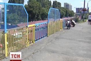 Активисты покрасили Святошинский мост столицы в цвета национального флага