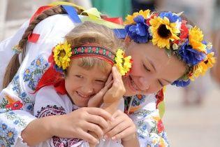 Українці відзначають День вишиванки: у містах готуються встановлювати святкові рекорди