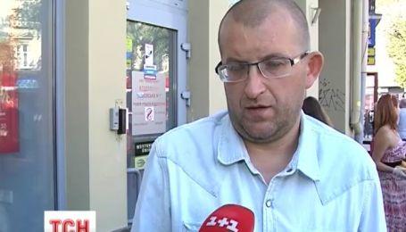 Большими триколорами разрисовали отделения российских банков во Львове
