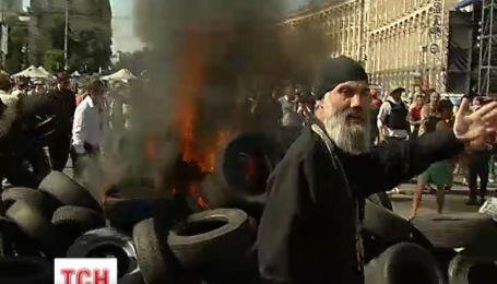 Майдан снова охватило пламя и дым
