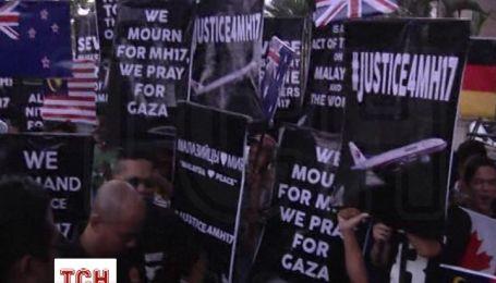 В столице Малайзии устроили масштабный пикет под посольством РФ