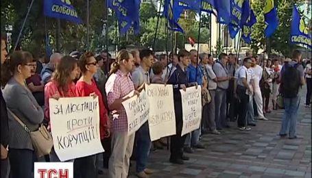 Под ВР собралась толпа людей с требованиями к депутатам