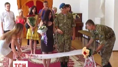 У Дніпропетровську контужений боєць одружився і знов збирається на передову