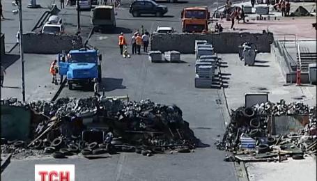 Останню барикаду розбирають на вулиці Інститутській