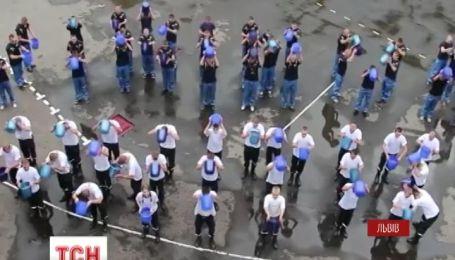 200 курсантов-спасателей приняли участие в благотворительном флэш-мобе Ice Bucket Challenge