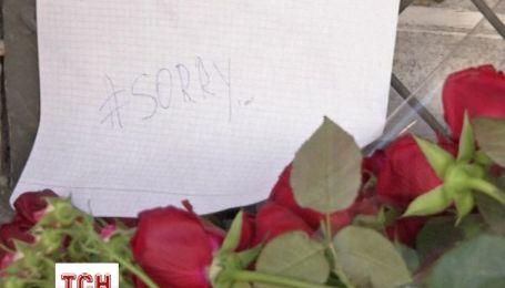 В Москве россияне приносят цветы к посольствам Малайзии и Голландии со словами извинения