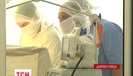 Поранених військових гвинтокрилами доправляють до Дніпропетровська