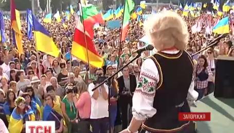 В Запорожье прошел многолюдный марш мира