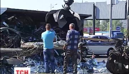 Посеред дороги у Києві перекинулася велетенська фура із металобрухтом