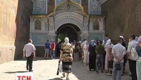 Верующие стоят в длинных очередях, чтобы попрощаться с митрополитом Владимиром
