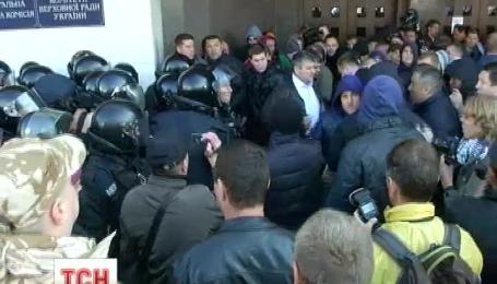 Активисты у Киевсовета требовали уволить столичных коррупционеров