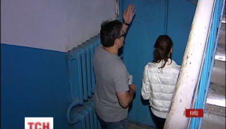В одному зі столичних будинків  цілий тиждень тече гаряча вода у підвалі