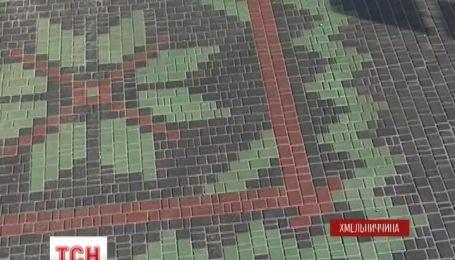 В Каменце-Подольском коммунальщики выложили из разноцветной брусчатки украинский орнамент