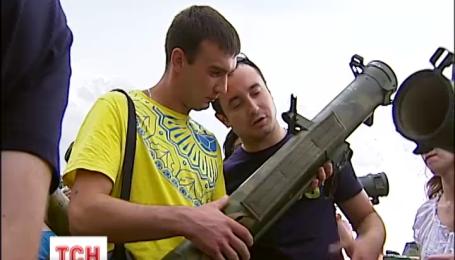 На выставку трофеев с АТО массово пришли киевляне