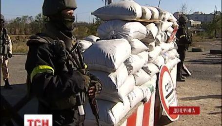 Украинским солдатам, охраняющим окраины Мариуполя, начали устанавливать контейнеры с обогревом