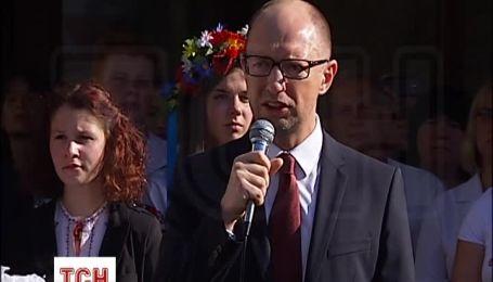 Яценюк на первом звонке своих дочерей вспомнил о бойцах АТО