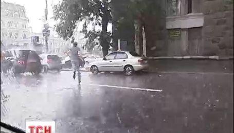 Через дощ та великий вітер знеструмлені села у чотирьох областях