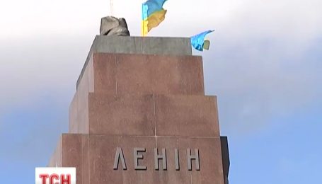 В Харькове упал памятник Ленину