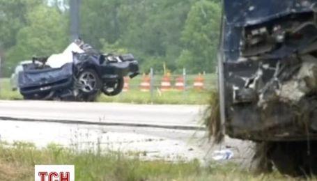 Викрадач авто влаштував аварію з автобусом на шосе в США