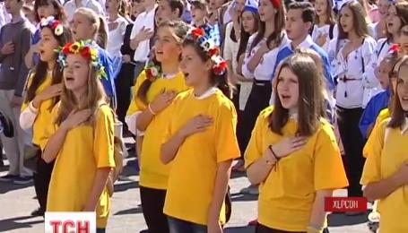 В Херсоне 2500 детей хором спели гимн Украины