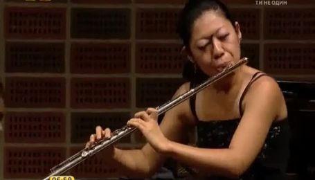 Японская флейтистка стала звездой сети из-за наглой бабочки