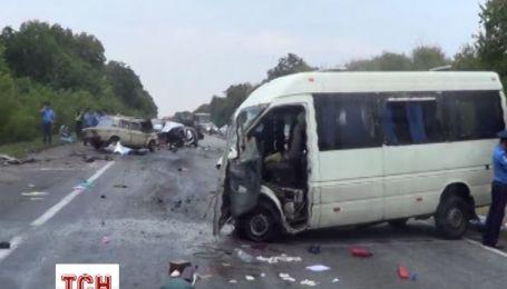 Під Києвом у потрійному ДТП загинули 3 людини, ще 15 отримали поранення
