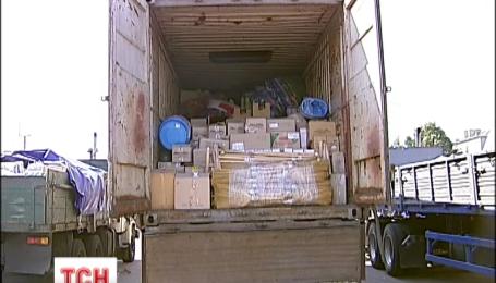 Железная дорога собрала 4 больших грузовика гуманитарной помощи для беженцев из Донбасса