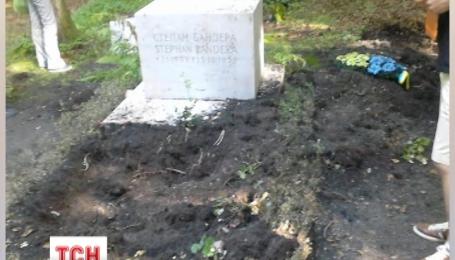Вандалы надругались над могилой Степана Бандеры в Мюнхене