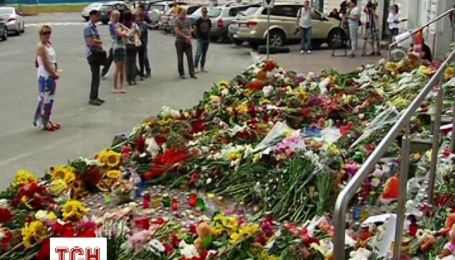 Украинцы устелили цветами вход в посольство Голландии в Киеве
