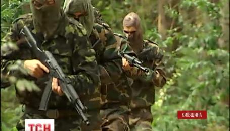 Сотні добровольців готуються захищати Батьківщину в лісах під Києвом