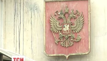 Разгромленное Российское посольство в Киеве начали очищать от последствий гнева людей