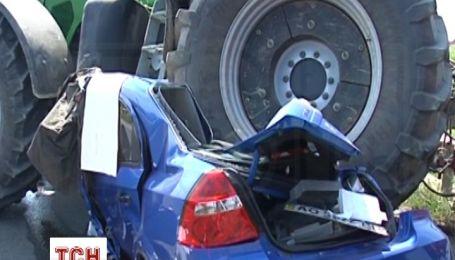 В Мукачеві авто зім'яло під комбайном після зіткнення з маршруткою