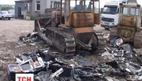 У Дніпропетровську трактором розтрощили гральні автомати на чверть мільйона гривень