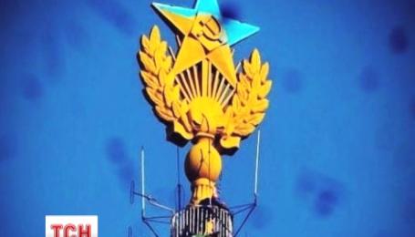 В России задержали еще двух экстремалов, которые будто бы помогали красить московскую звезду