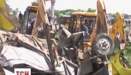 В Индии поезд врезался в школьный автобус: погибли 12 детей