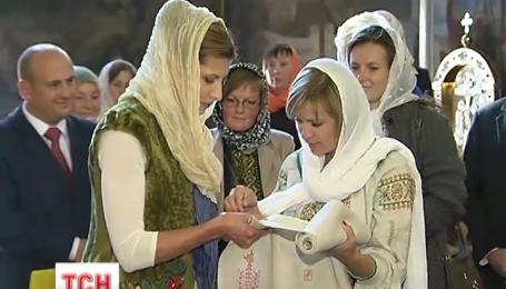 Марина Порошенко долучилася до вишивання Рушника Перемоги Миру