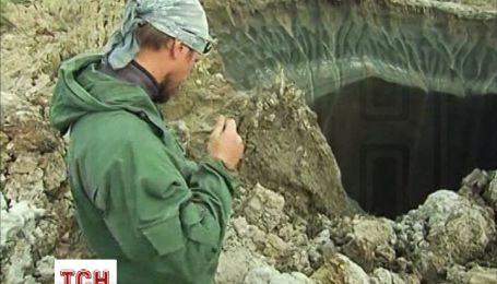 На Ямалі досліджують таємничий кратер діаметром 100 метрів