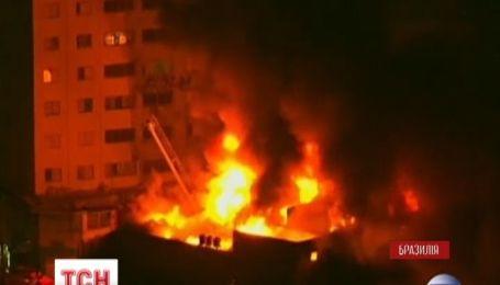 В Сан-Паулу пламя охватило торговый центр