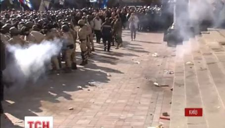 Последнее заседание Верховной Рады пытались сорвать драками, дымовыми шашками и стрельбой